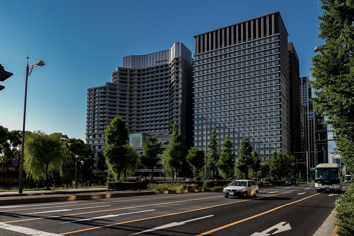 Hibiya Dori und Blick auf das Tokyo Palace Hotel in Tokyo, Japan