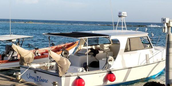 Vor dem Restaurant Zeerovers auf Aruba liegen viele Boote