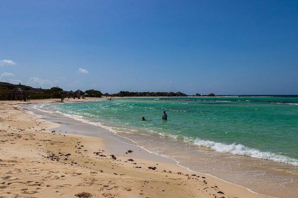 Familienstrand: Der Baby Beach hat weißen Sand und flasches Wasser