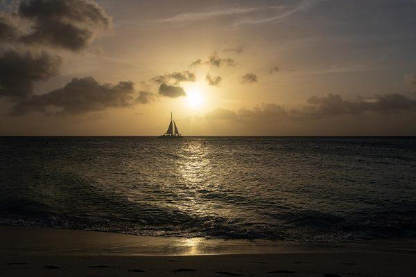 Eagle Beach, Sonnenuntergang, schönster Strand von Aruba, Schiff vor untergehender Sonne