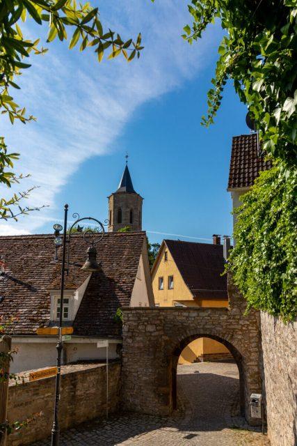 Alter Mauergang und Blick auf Michaelskirche